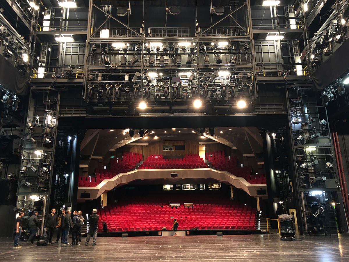 5fcb88e1c0544_Backstagesicht-Theater-Buehne